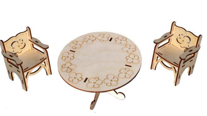 Набор мебели для больших кукол (стол и два стула)